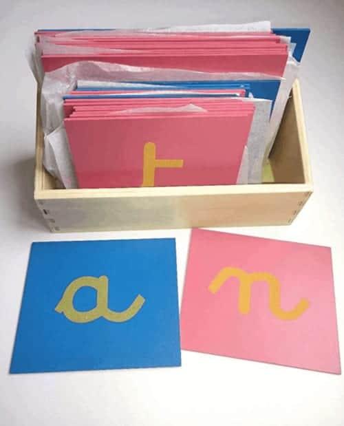 Montessori-Store Lettres Rugueuses Lettres cursives avec boîte